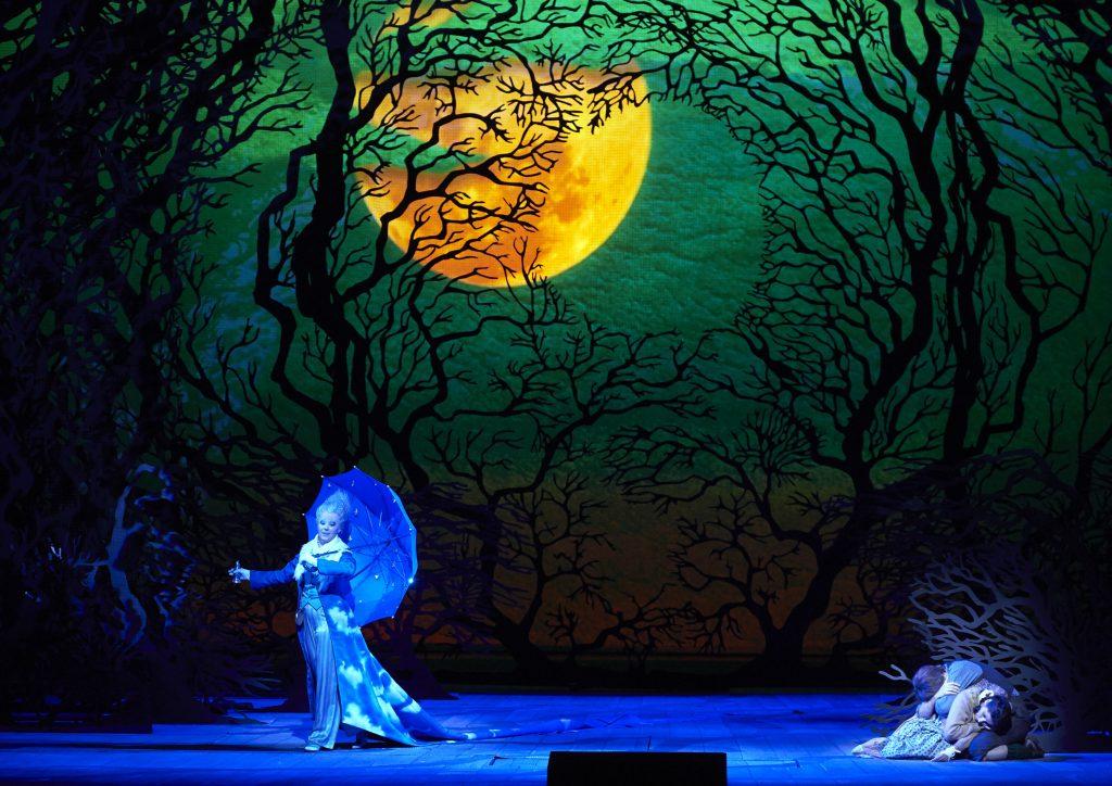 Contes de fées au Centre national du costume de scène : des tenues terrifiantes des sorcières aux falbalas endiamantés des princesses, la féérie au théâtre.