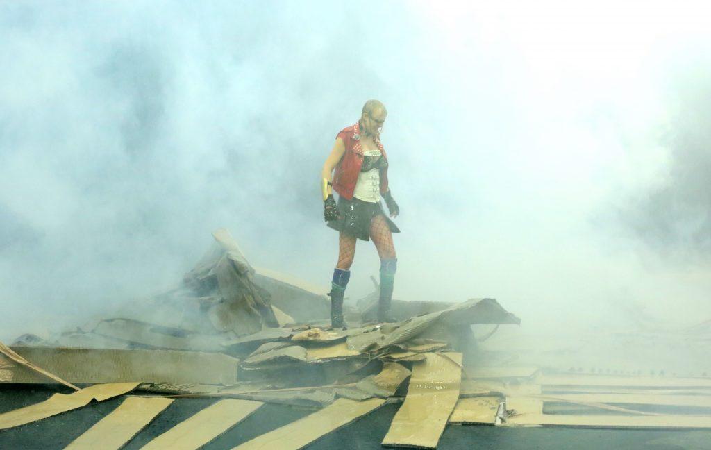 Les destructions sans espoir de Phia Ménard en clôture de Montpellier Danse