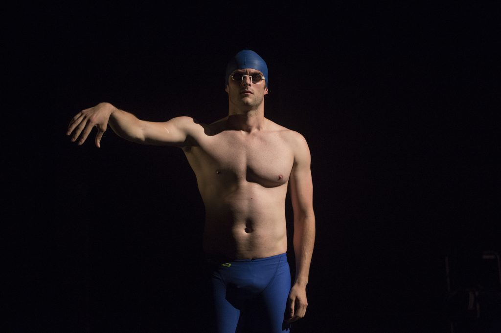 «Cent mètres papillon» : Maxime Taffanel comme un poisson dans l'eau au Off d'Avignon