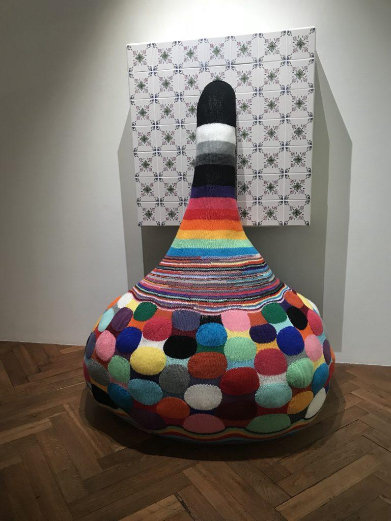 exag rer pour inventer joana vasconcelos fait bien plus qu un crochet par l h tel des arts. Black Bedroom Furniture Sets. Home Design Ideas
