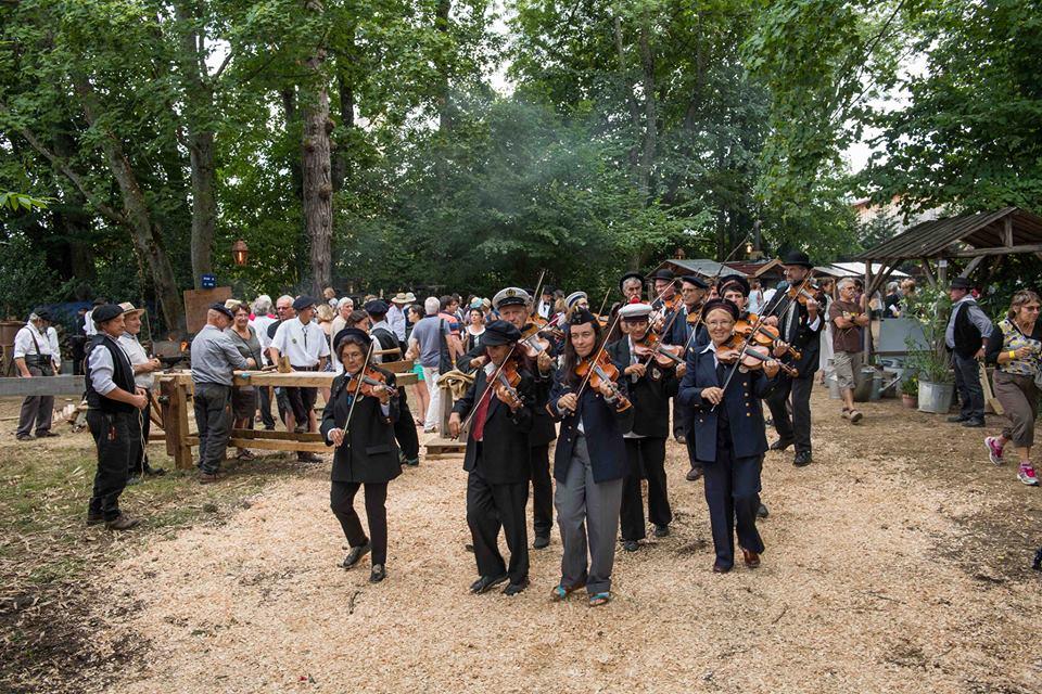 Les violons de rigodon dans le village Georges Antonin