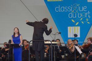 L'Orchestre de chambre de Paris dirigé par Eivind Gullberg Jensen (de dos) et la mezzo-soprano Hanna Hipp © JL Elan