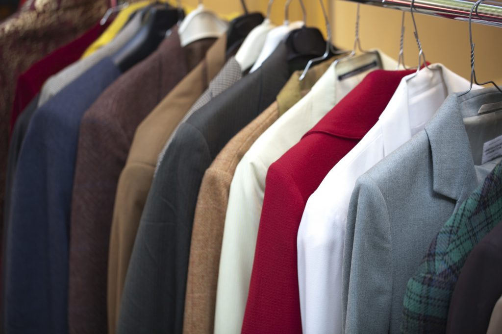 Victoire d'Emmaüs : Interdiction aux marques de jeter les vêtements invendus !