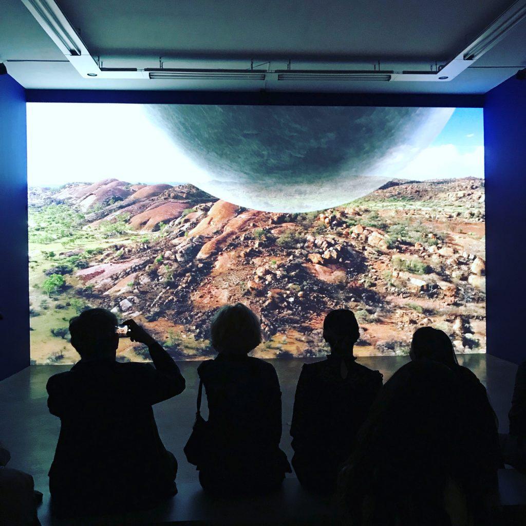 Les ondes majestueuses de Laurent Grasso à la Galerie Perrotin
