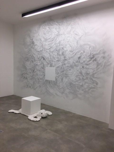 Les danses de travers de Christian Lhopital envahissent les murs du Drawing Lab pour un «Voyage léger» et «une pensée sombre»