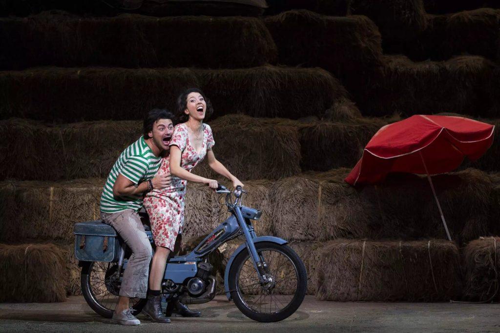 À l'Opéra Bastille, grâce à un duo de chanteurs quasi-idéal, l'Elixir d'Amour de Laurent Pelly agit aussi sur le public !