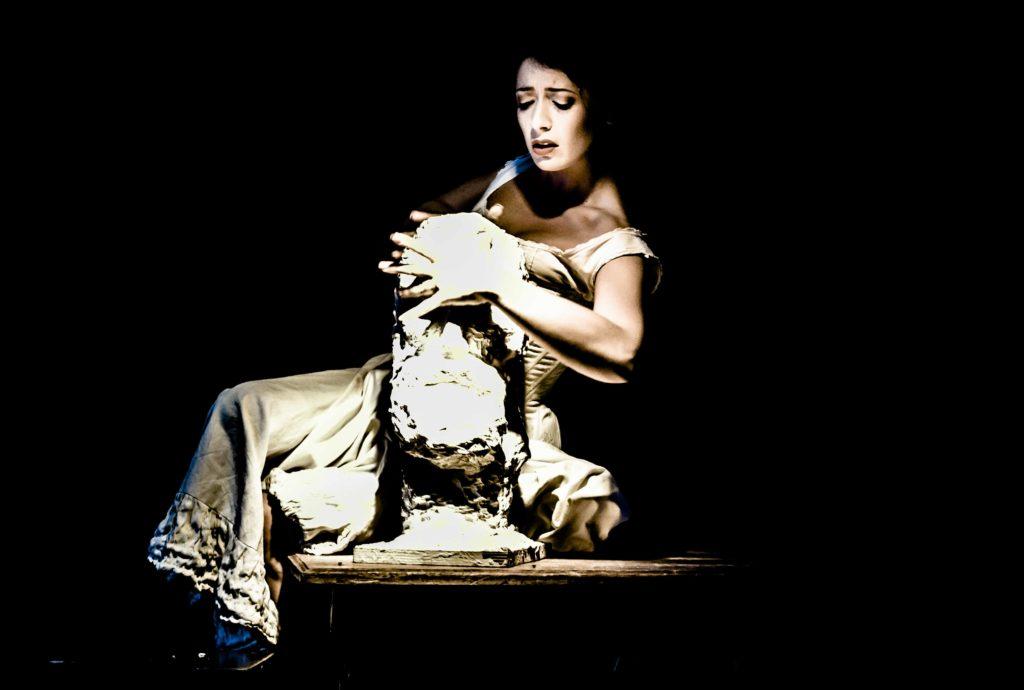 Avignon OFF, poignant et édifiant «Camille contre Claudel» de et avec Hélène ZIDI au Roi René.