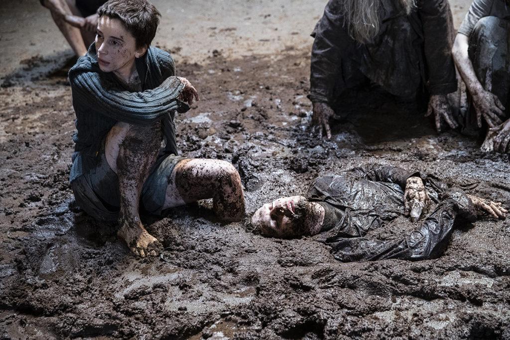 Ivo Van Hove plonge Oreste et Electre dans la boue et le sang à la Comédie Française
