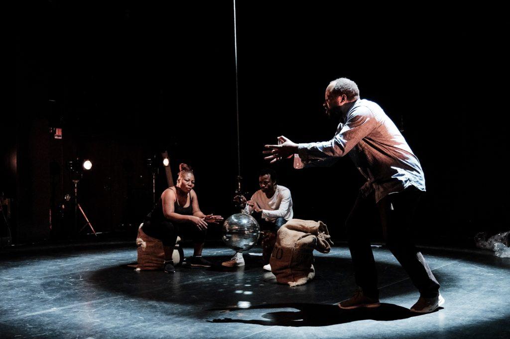 «Congo» Faustin Linyekula met la Belgique face à son histoire au Kunstenfestivaldesarts
