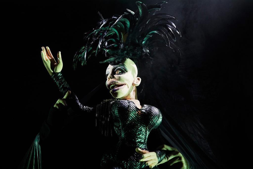 Hen, la poupée queer de Johanny Bert s'empare d'Avignon