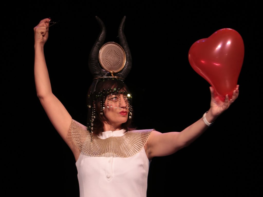 «What is Love» au Théâtre de la Contrescarpe, un one woman show mais pas que.
