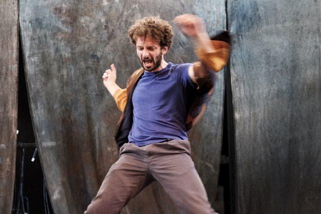 «Vie et Mort d'un Chien traduit du danois par Niels Nielsen» : Une pièce chorale entre spectacle et thérapie familiale à La Tempête