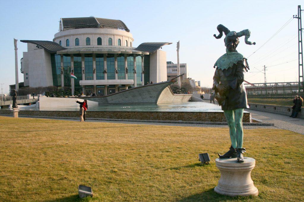 Le plan de contrôle du théâtre de Viktor Orban déclenche des manifestations.
