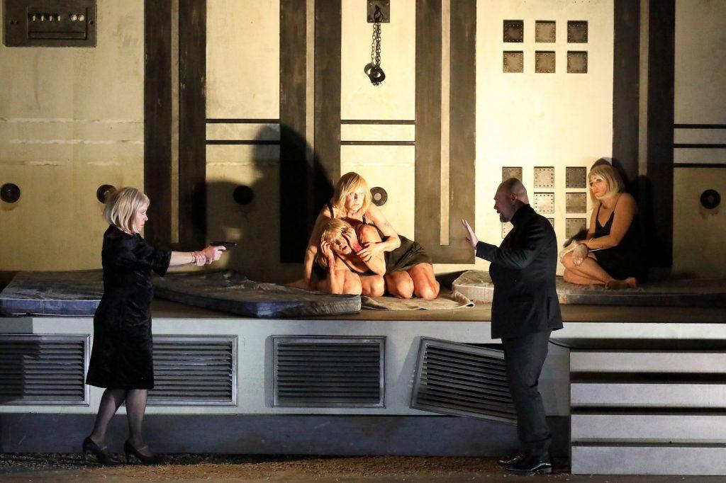 À Munich, Katie Mitchell projette subtilement Bartok dans un thriller contemporain.