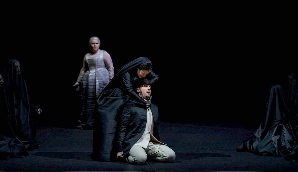 À Zurich, Iphigénie face à sa famille, dans une mise en scène oppressante.