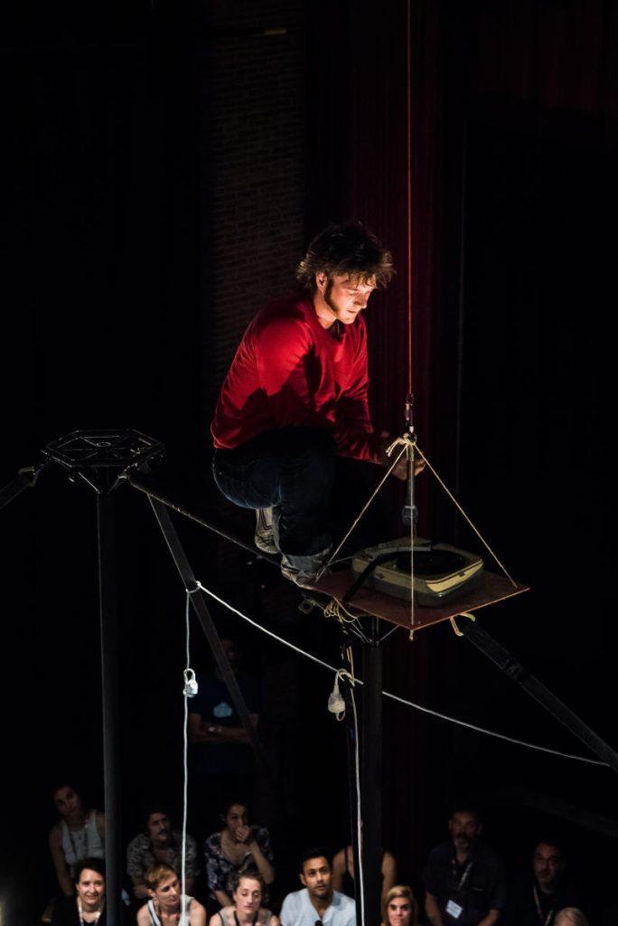 «Static», regarder son adolescence du haut d'un mât chinois