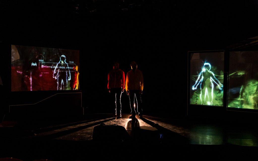«Enterre-moi mon amour» de Clea Petrolesi au Théâtre Paris-Villette : des photos et des messages WhatsApp pour rendre compte des migrations syriennes