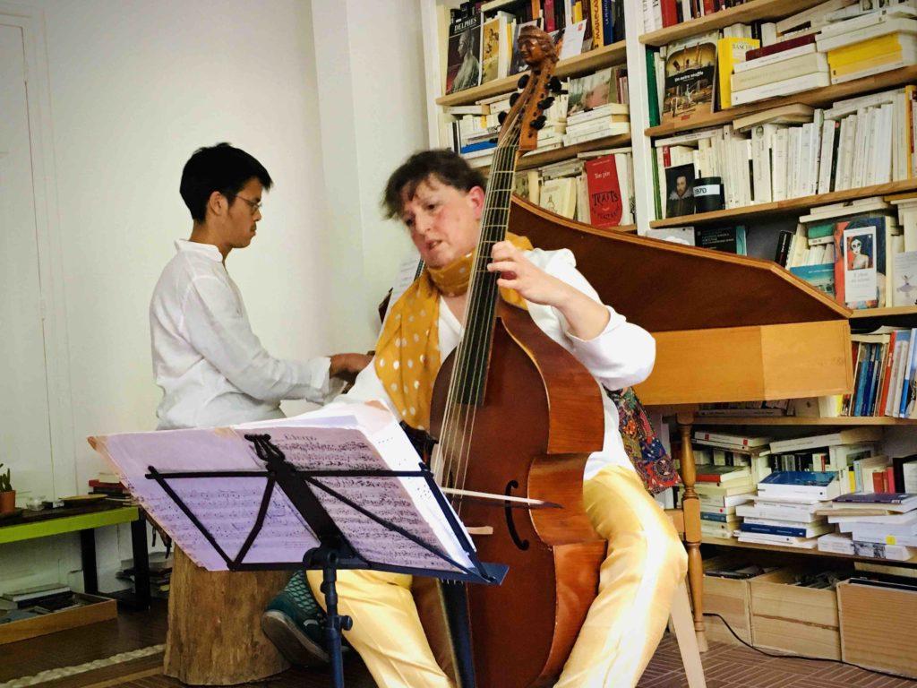 Passer la mélancolie: concerts itinérants dans des lieux insolites initiés par Jean-Luc Ho
