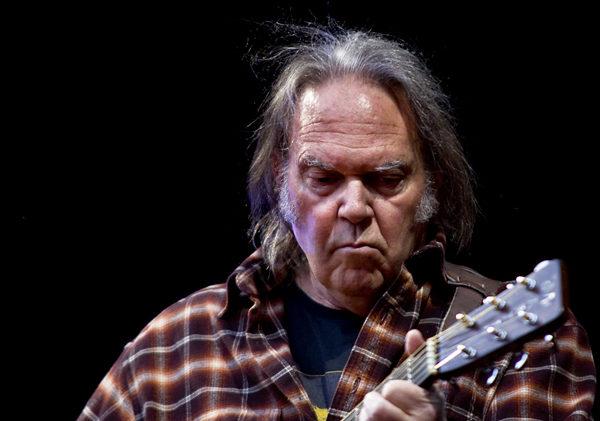 Neil Young porte plainte contre Donald Trump