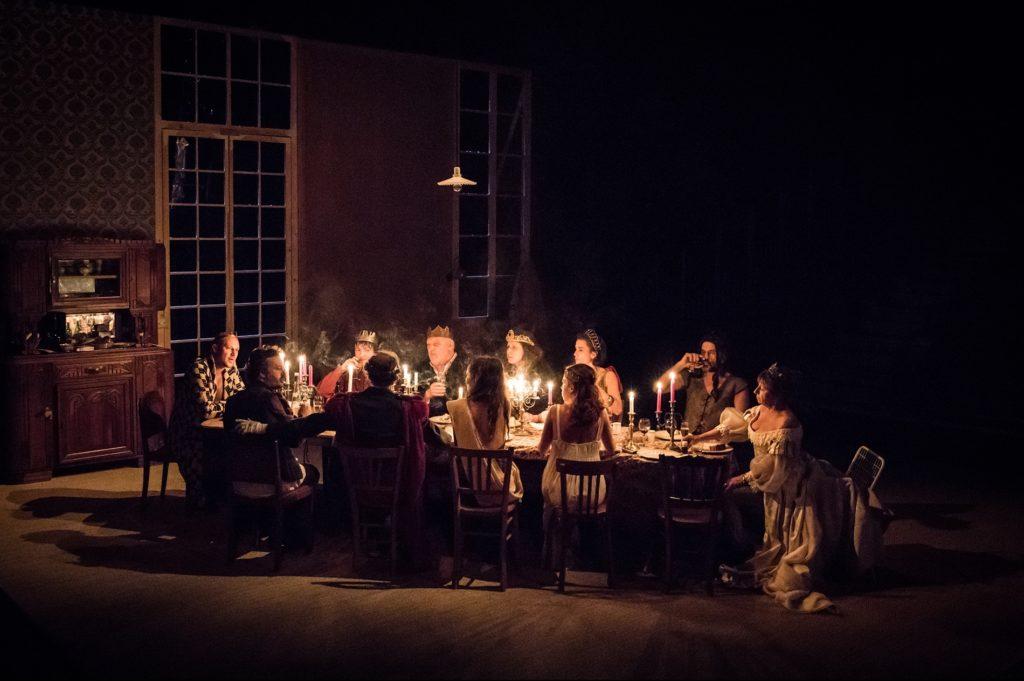 «Un conte de Noël» au Théâtre Gérard Phillipe : Julie Deliquet envoie valser le décorum de la famille bourgeoise dans une pièce déchirante et shakespearienne
