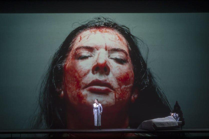 Marina Abramovic dans le gisant de La Callas à L'Opéra de Paris