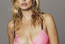 Kate Moss pose contre le cancer du sein