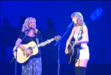 Lisa Kudrow chante « Smelly Cat » au concert de Taylor Swift