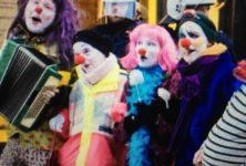 Finlande : des femmes clowns défendent les migrants