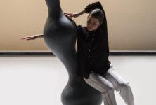 «Oscyl» danse avec ses sculptures anthopomorphiques au Festival Mondial des Théâtres de Marionnettes