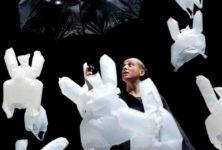 Avec «L'Après-midi d'un foehn», Phia Ménard met son art à portée des enfants sans bêtifier