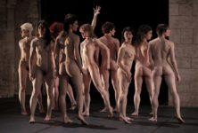 «Tragédie» : les 18 danseurs d'Olivier Dubois livrent une bataille nue dans le cadre de Paris l'été