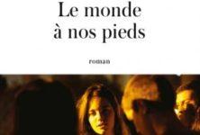 Le Monde à nos pieds, un premier roman plein de sève par Claire Leost