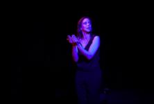 Perrine Perez rayonne de malice dans « Celle qui a dit non » à la Comédie des Boulevards #PASMOLLE !