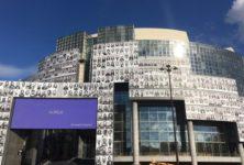 500 portraits de soignants recouvrent l'Opéra Bastille