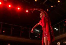 Lia Rodrigues en rouge et noir au CND